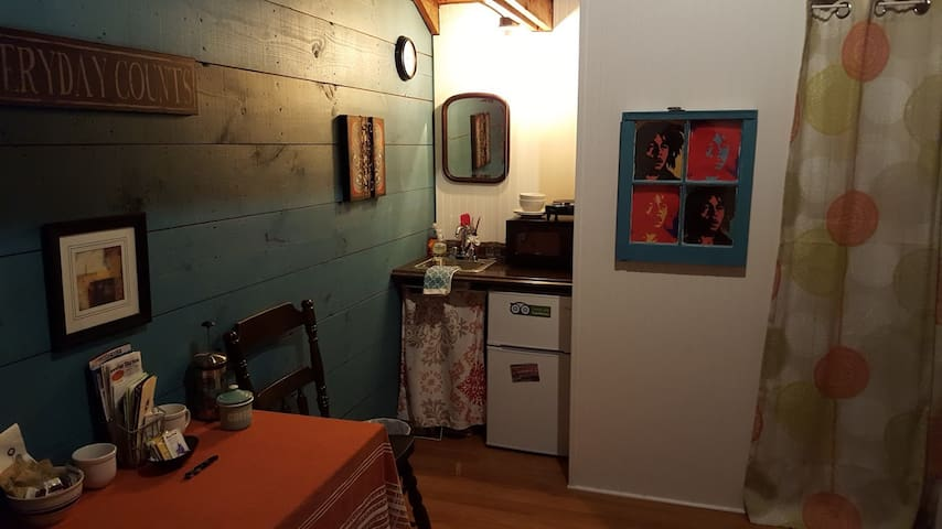 In-town tiny house, fresh studio, entire apartment - Westerly - Haus