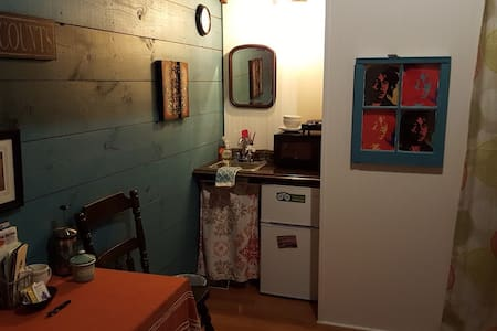 In-town tiny house, fresh studio, entire apartment - Casa