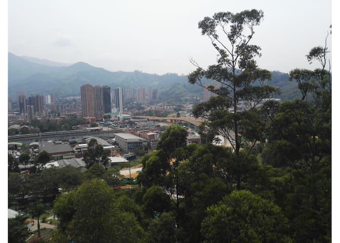 Room near the metro, quiet area and beautiful view - La Estrella
