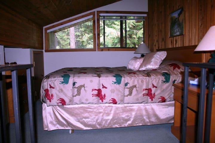 Loft Bedroom (Queen Bed)