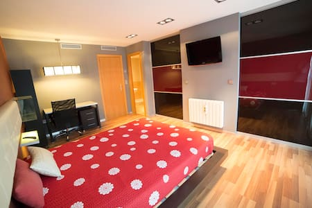 Habitación con baño propio en piso nuevo - UJI