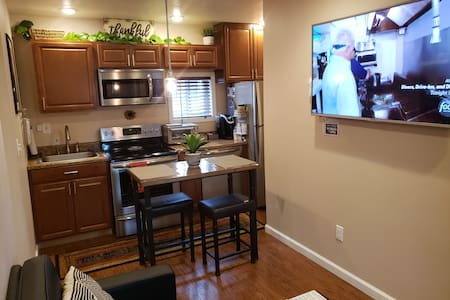 NEW Queen Modern Entire Apt with Private Entrance!