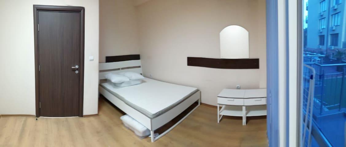 Комната с двухспальной кроватью.Рядом с морем.