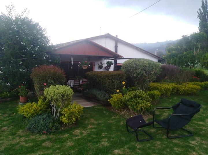Casa Campestre con BBQ, zonas verdes y mini tejo.