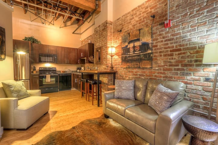 Stay Downtown Nashville AirBnB Walk Everywhere!by MusicCityLoft Waylon