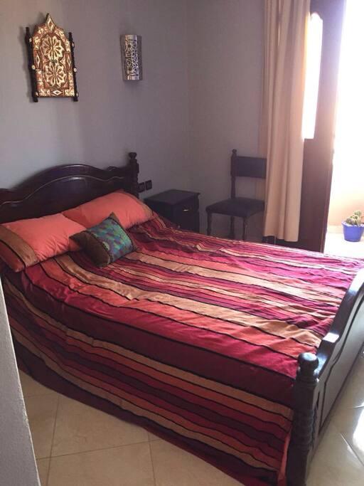 Chambre à coucher.  Avec balcon