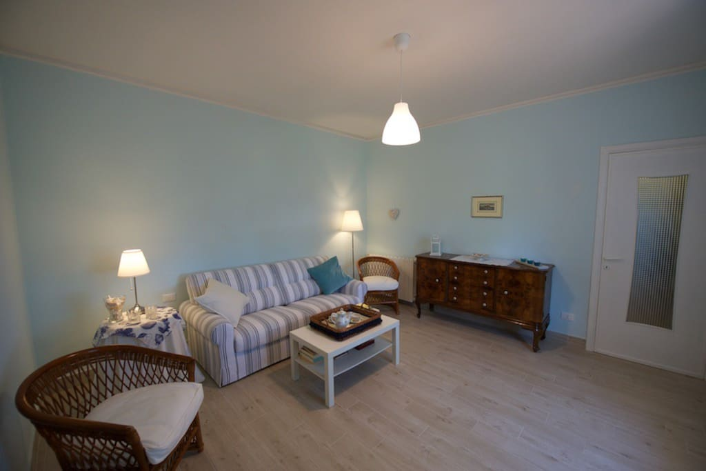 Sala al piano terra con divano letto matrimoniale Living room on the ground floor with a double sofa bed.