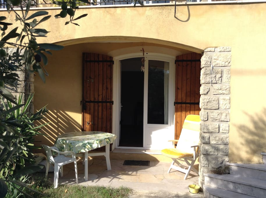 Studio en rdc de villa villas for rent in salon de for Yoga studio salon de provence