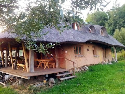 Maison écologique écologique en forme de balle de paille