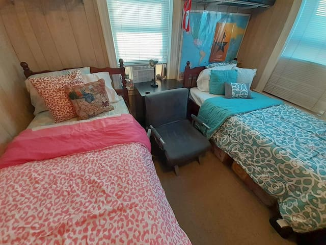Woodside Sharing Cozy Room (Female Only)