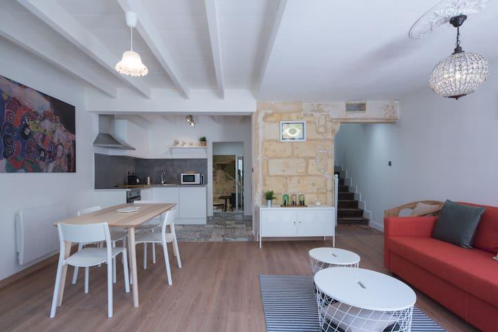espace salon en rez de chaussée avec cuisine ouverte