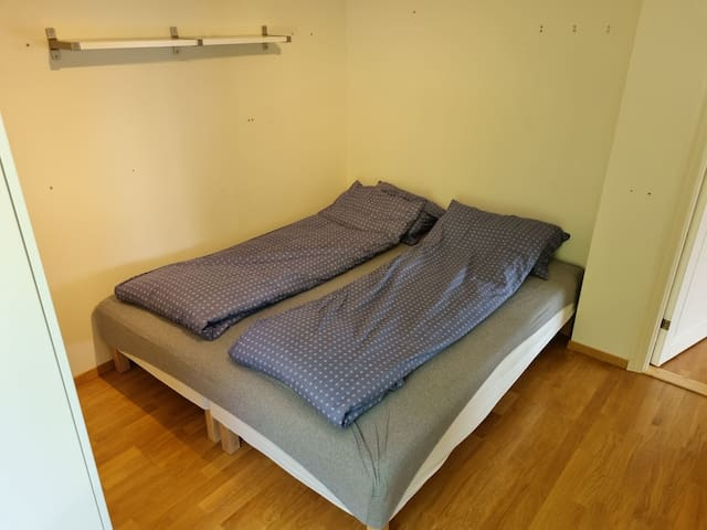 Soverom 1: Dobbeltseng, 1 køyeseng og 1 gulvmadrass, totalt 5 sengeplasser.