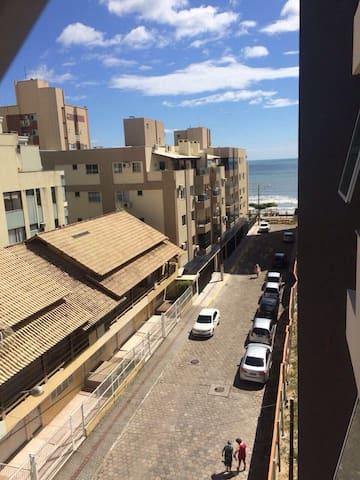 Alugo apartamento 2 suítes - quadra mar