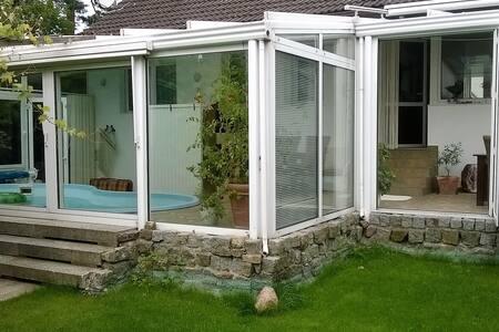 Ganzes Haus  mit  Sauna und  Pool  im Wintergarten