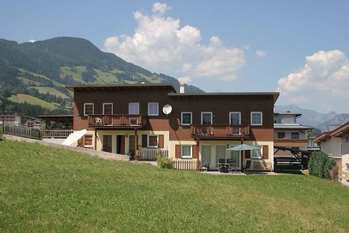 Ruim vakantiehuis in Tirol met een tuin en terras