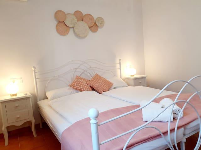 Schlafzimmer 2 mit Klimaanlage, gr. Einbauschrank