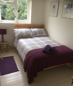 Clean, bright, comfortable room - High Wycombe - Haus