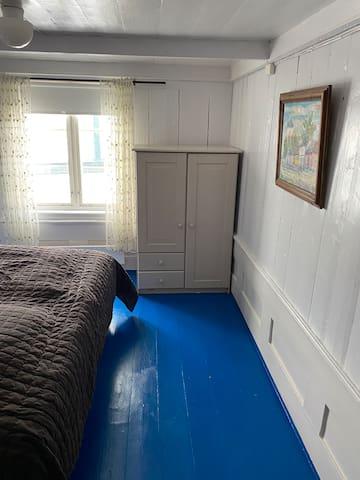Huset er fra 1700 tallet. Det er 2 soverom i 2 etasje(3. strengt tatt) Dette rommet har også mulighet for å få en  barneseng.