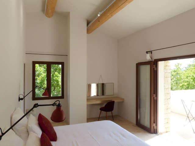 Chambre n° 2 à l'étage avec lit 180cm, salle d'eau, WC séparé, un dressing et une terrasse.