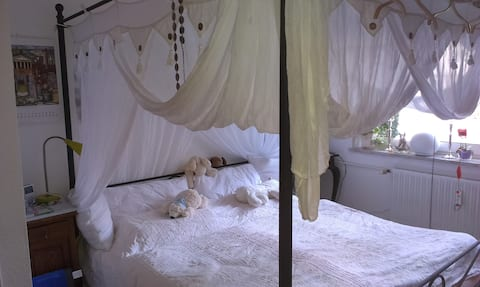 Romantic four-poster bed near the Elbe for you