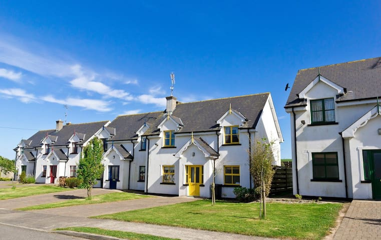 Upton Court Holiday Cottages, Formerly Sean Ogs, Kilmuckridge, Co.Wexford - 3 Bed - Sleeps 7 - Kilmuckridge - บ้าน