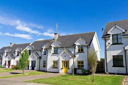Upton Court Holiday Cottages, Formerly Sean Ogs, Kilmuckridge, Co.Wexford - 3 Bed - Sleeps 7 - Kilmuckridge - Casa