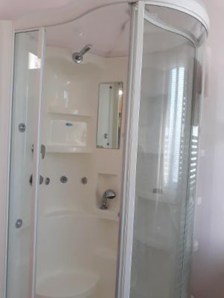 Box doccia nel bagno privato