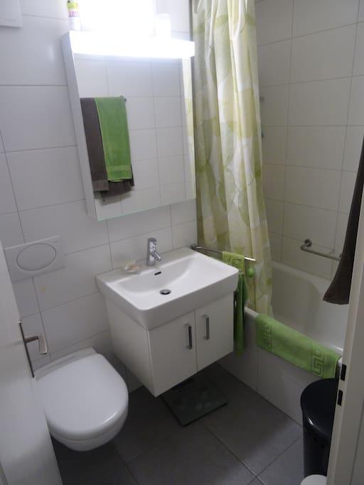 Badezimmer. Es hat noch eine 2. Toilette in der Wohnung