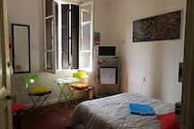 chambre grand lit double , tv , frigidaire