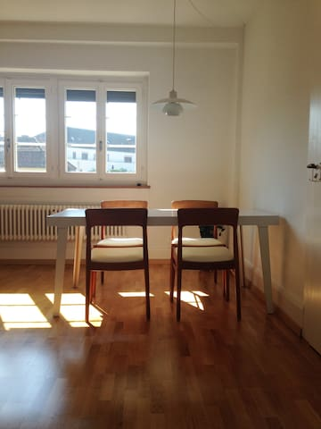 In the hip zone, quiet room to the courtyard - Zürich - Appartement