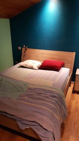 Ruime slaapkamer met tweepersoonsbed