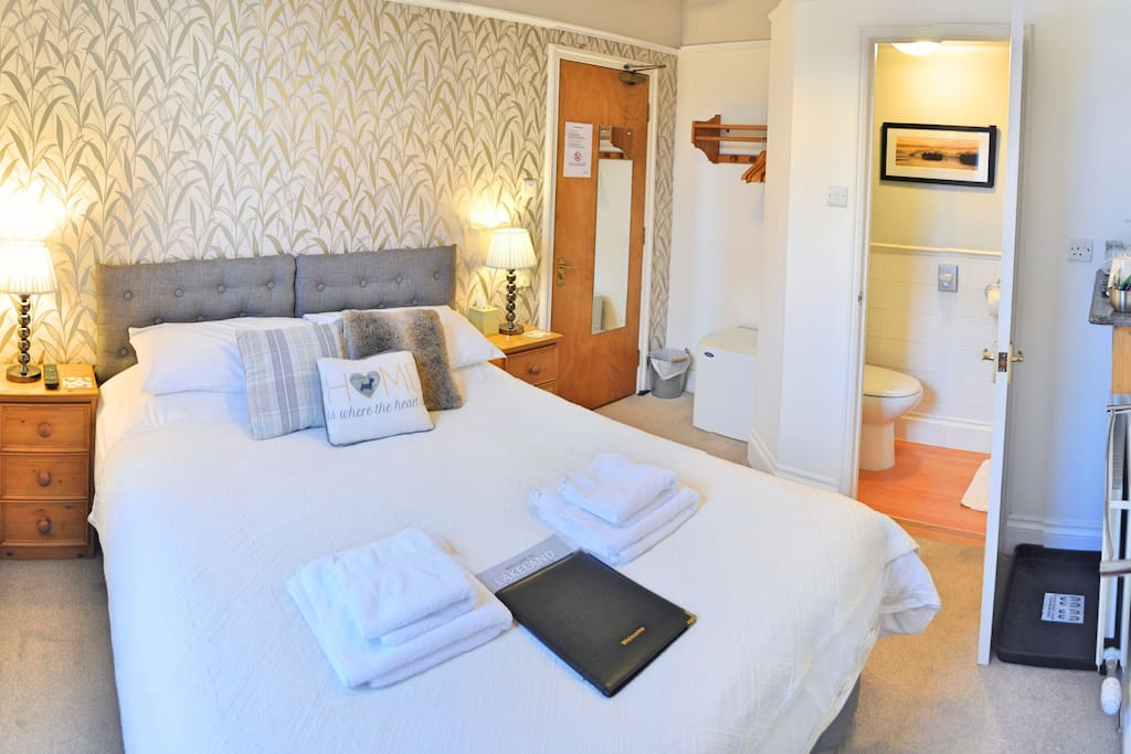 King room with ensuite shower and wc