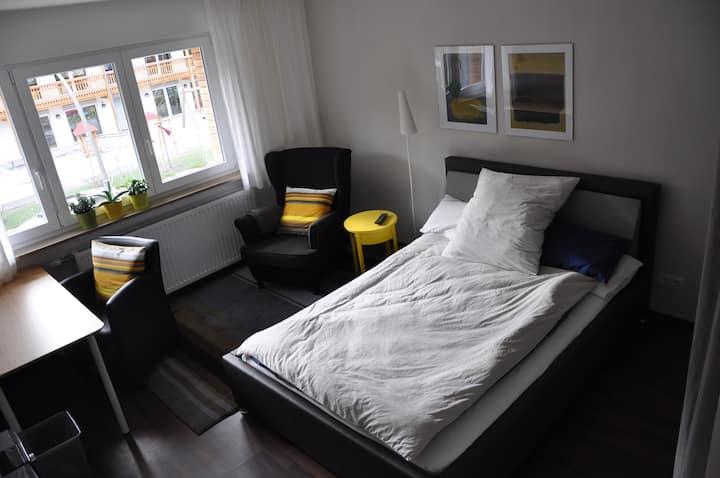 modernes Zimmer + Küche/Bad