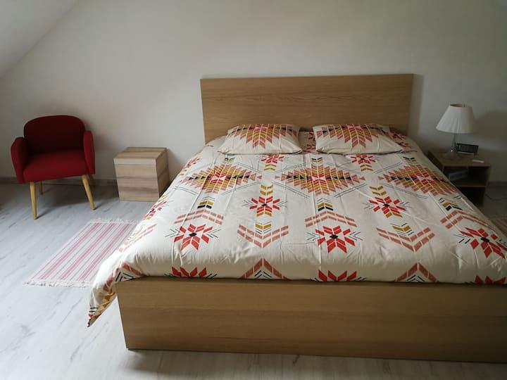 Chambre lit queen size maison calme près centre
