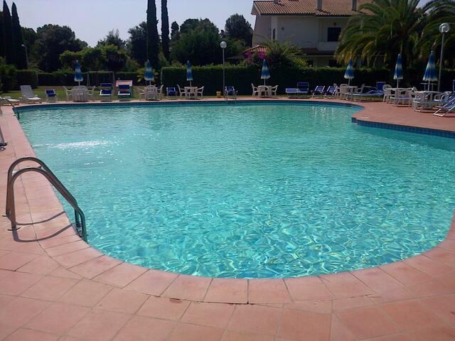 Villino in residence con piscina WIFI - AC