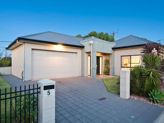 8 year old home  500m from beach - Seacliff Park - Casa