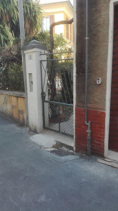 cancello in ferro battuto , ingresso indipendente