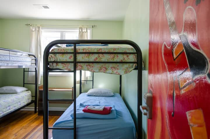 Midtown Hostel (COED Shared Dorm)