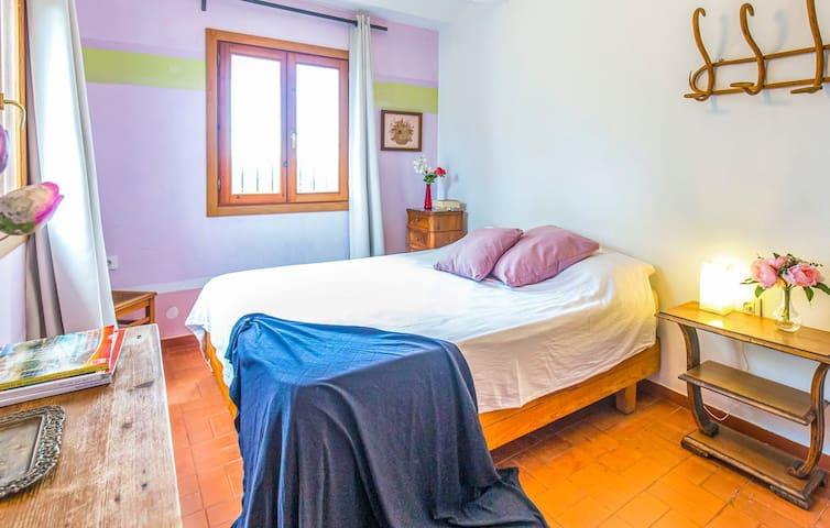 Habitación en la planta baja con una cama de matrimonio.