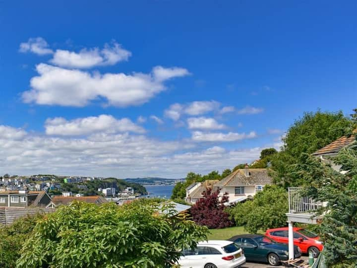 The Retreat - detached home with parking for 2 cars, garden, sea views & balcony, dogs welcome