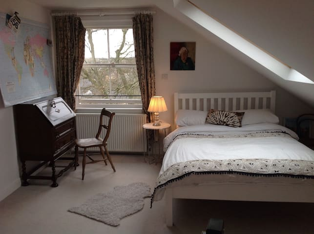 Airy loft bedroom with great views - Farnham