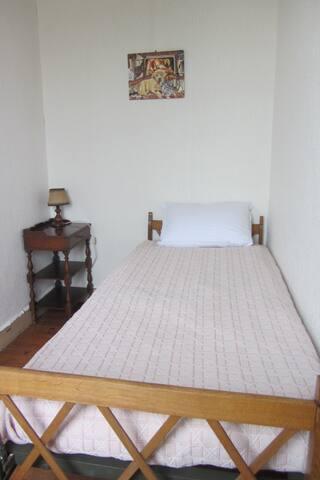 Alcove avec petit lit de 90 (matelas neuf) pièce indépendante. 1 oreiller