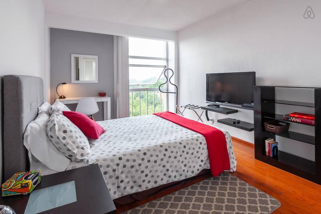 All you need to feel right at home: plenty of light, ergonomic work space, comfy bed and Netflix! -  ¡Todo lo que necesitas para sentirte en casa: mucha iluminación, espacio de trabajo ergonómico, una cómoda cama y Netflix!