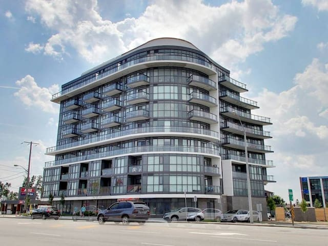 Luxurious 1 bedroom +Den suite Near Yorkdale Mall