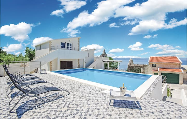 Beautiful home in Podgora with Jacuzzi, WiFi and 6 Bedrooms