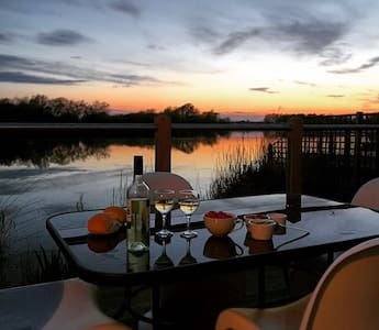 Luxury lakeside holiday lodge - South Cerney - House