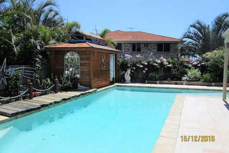 One street from the Sea and Park close to ferries - Redland Bay - Hus