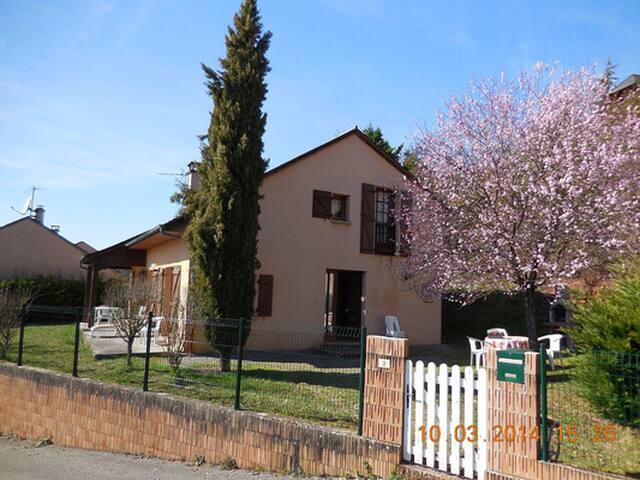 Gîte BEAU-SOLEIL  T5  à   MARCILLAC - Vallon  (12) - Marcillac-Vallon - Haus