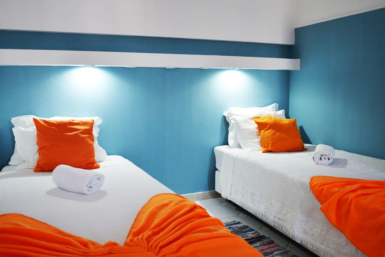 Decoration detail beds, supports with lights and plugs/ Detalho decoração das camas, suporto em cima com luzes e fichas de corrente