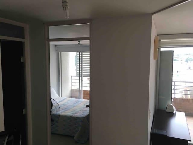 Amplio, elegante, cómodo y fresco apartaestudio.